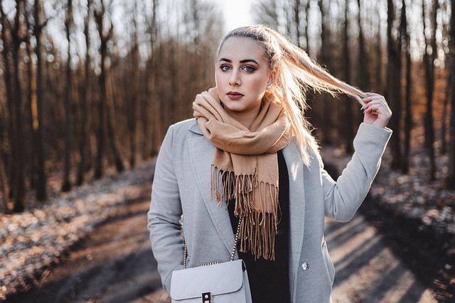 zimowa stylizacja z kurtką i szalikiem